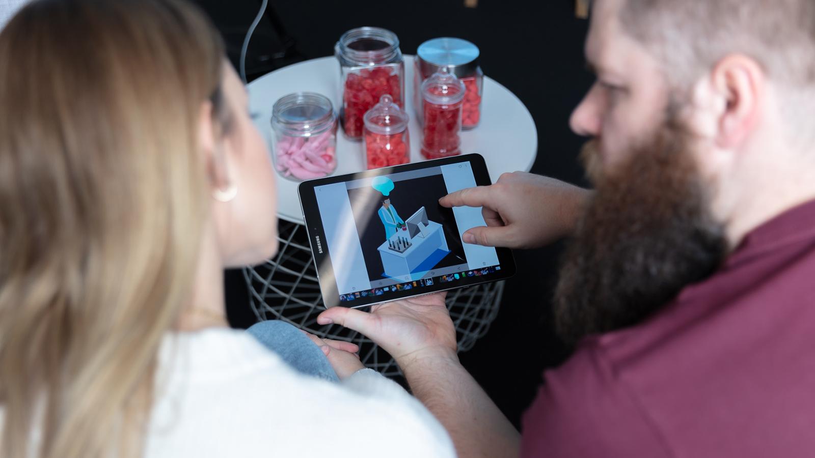 imc mitarbeiter mit tablet zum digitaltag