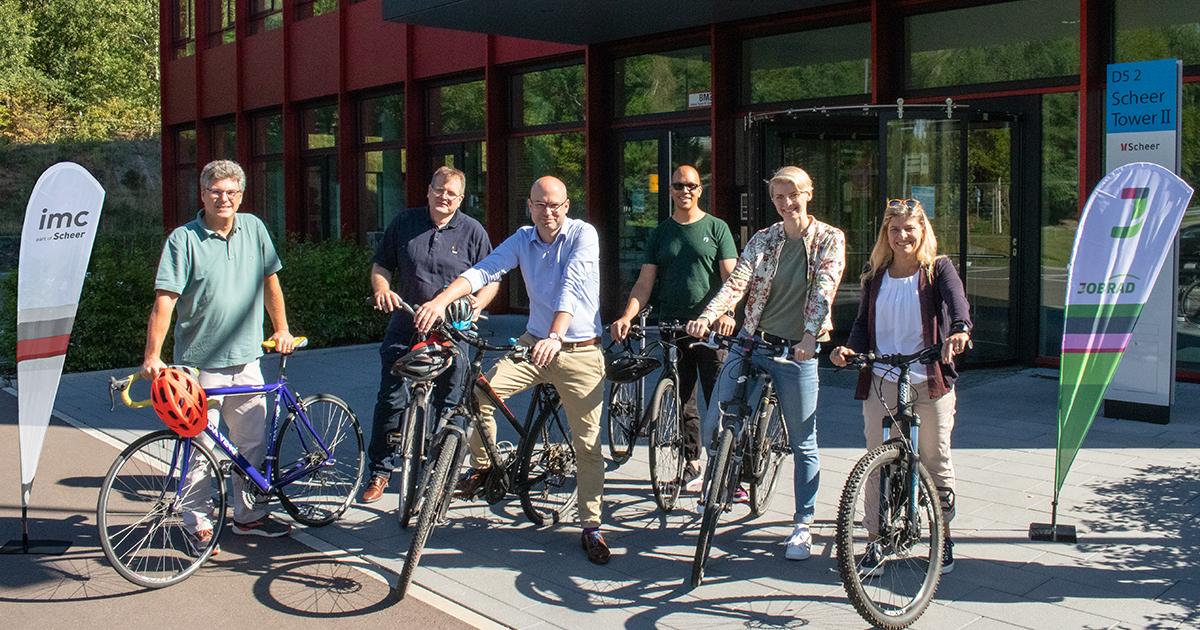imc Mitarbeiter mit Fahrrädern